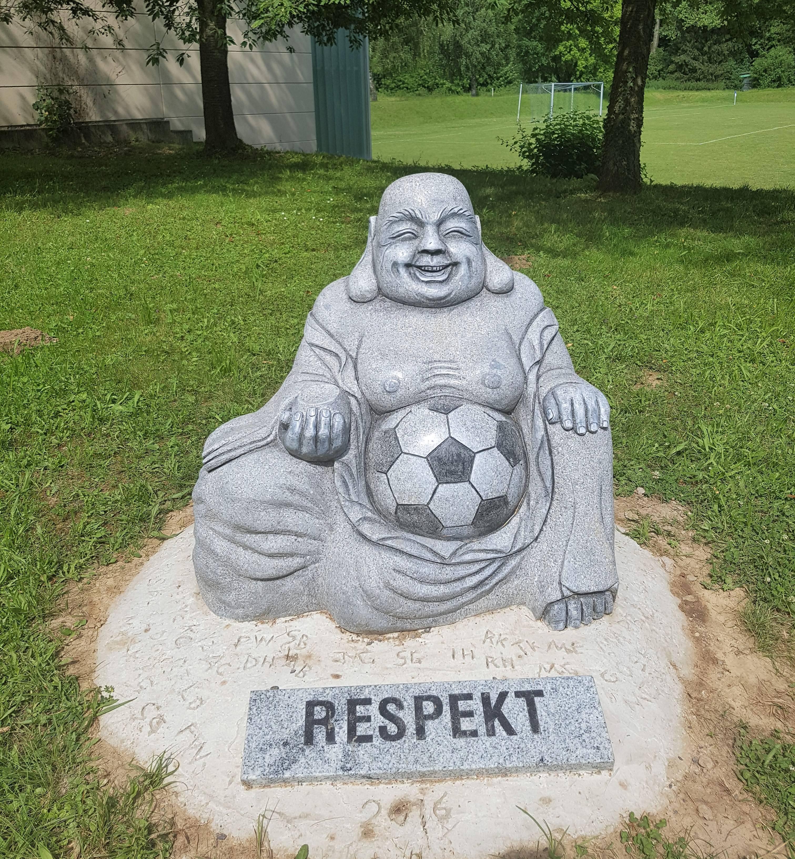 Skulptur auf dem Fußballplatz des FC Südstern, Karlsruhe